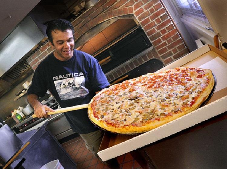چرا پیتزا هر چه بزرگتر باشد بهتر است؟