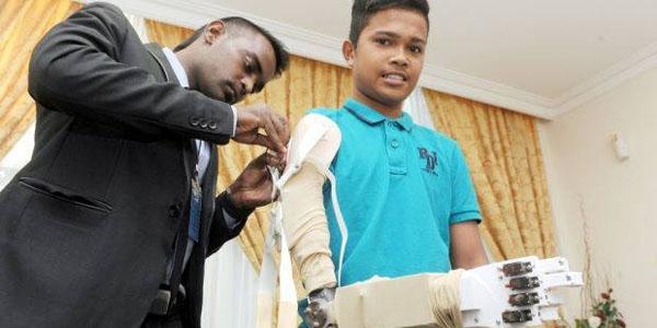 مهندسان در مالزی یک بازوی روباتیک برای یک پسر 16 ساله ساختند